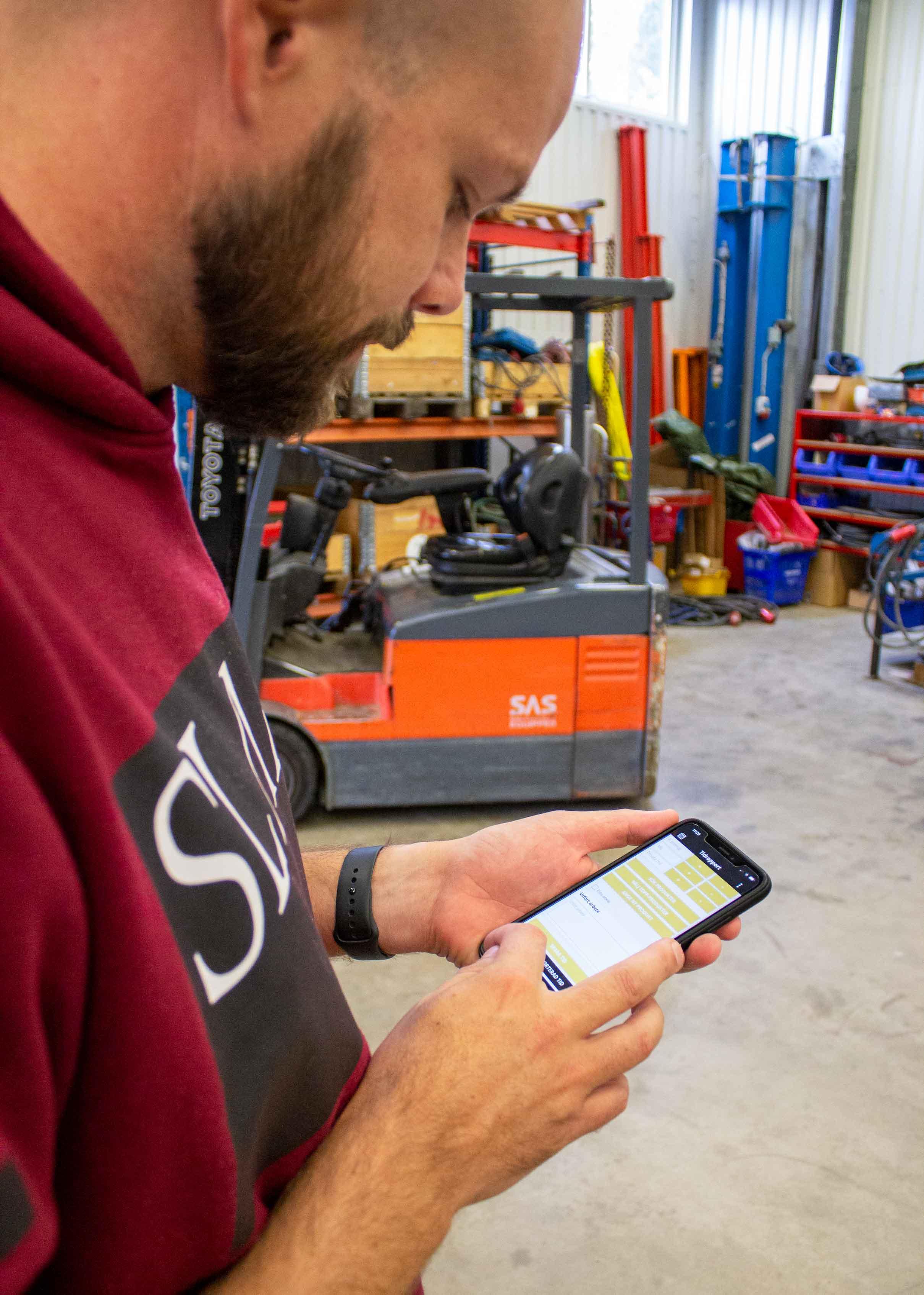 Hantverkare använder Struqtur tidrapportering via mobilappen